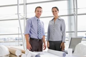 Hombre y mujer trabajando juntos