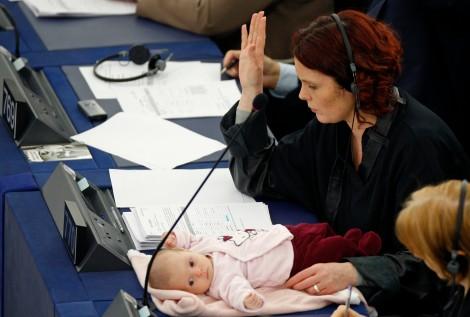 La diputada danesa Hanne Dahl y de su hijita Gaia en una sesión del Parlamento de Estrasburgo